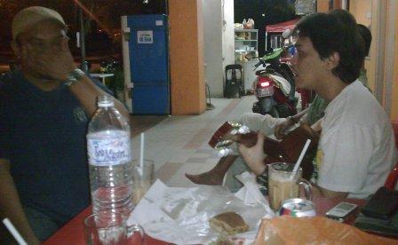 Tam (kanan) dengan pemain gitar utama Spider, Napi (tutup mulut) sempat jamming ssebuah lagu kat kedai mamak ni